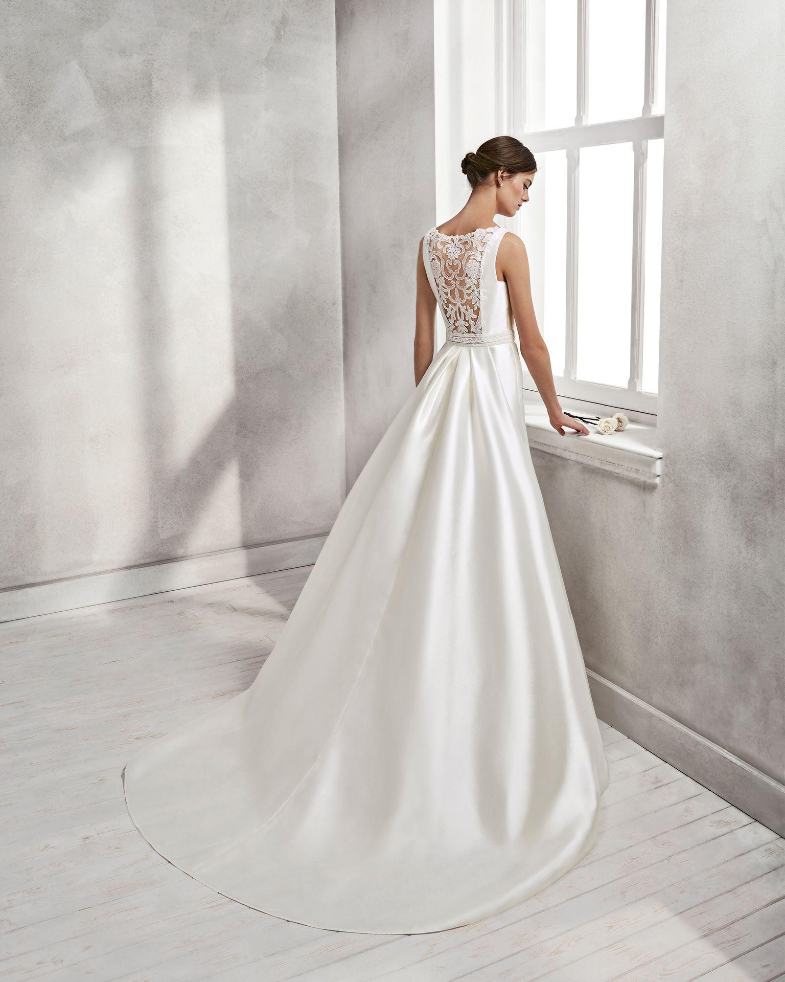 0739e22bef Mermaid-style mikado wedding dress with bateau neckline