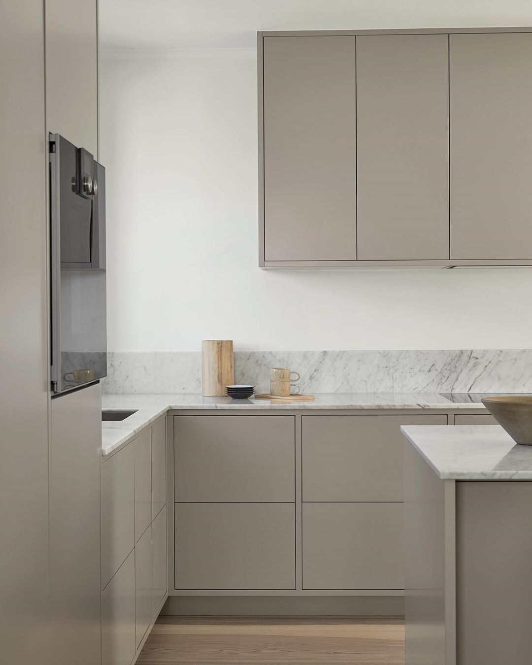 The Modern In Frame Kitchen Provides A Minimalist Feel Here With A White Marble Countertop With A Modern Grey Kitchen Minimalist Kitchen Design Nordic Kitchen