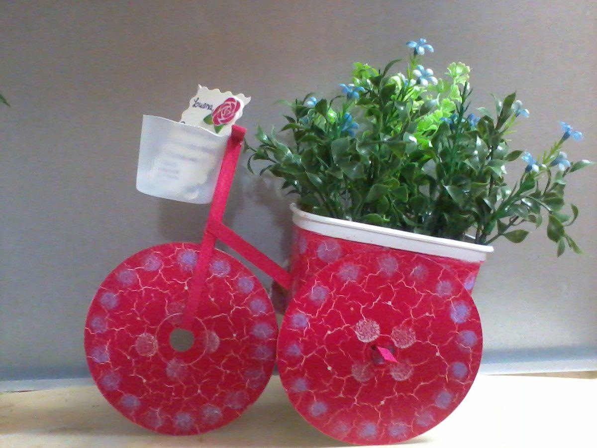Aparador Tabaco Com Vidro ~ Enfeite Bicicleta , feito com materiais reciclados (pote de margarina , cds , palito de picolé
