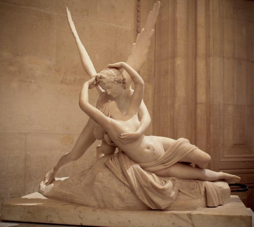 Eros, significa desejo incoercível dos sentidos. É o Deus do Amor, o mais belo entre os deuses. É um Deus de natureza mutável, que tira os sentidos e o juízo tanto dos mortais quanto dos imortais - Por Hellen Reis Mourão