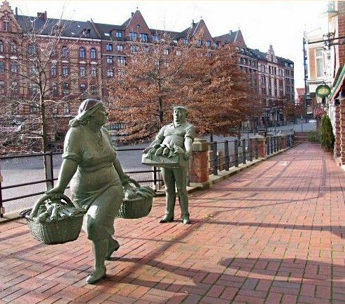 Bronze sculptures of a fruit saleswoman and a fish salesman