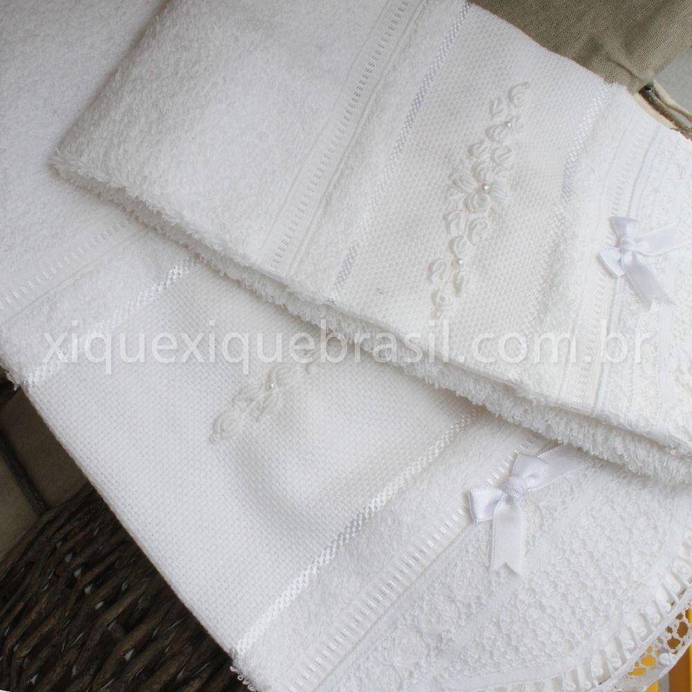 Toalha de Lavabo com Rococó, um luxo super funcional. Decora e possui eficácia na secagem. Compre online www.xiquexiquebrasil.com.br.