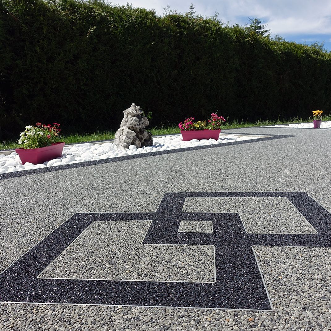 Terrasse Avec Motifs Losanges En Moquette De Pierre Marbreline Amenagement Jardin Devant Maison Idee Deco Terrasse Piscine Et Jardin