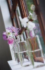 Rosenskära i en gammal nappflaska av glas.