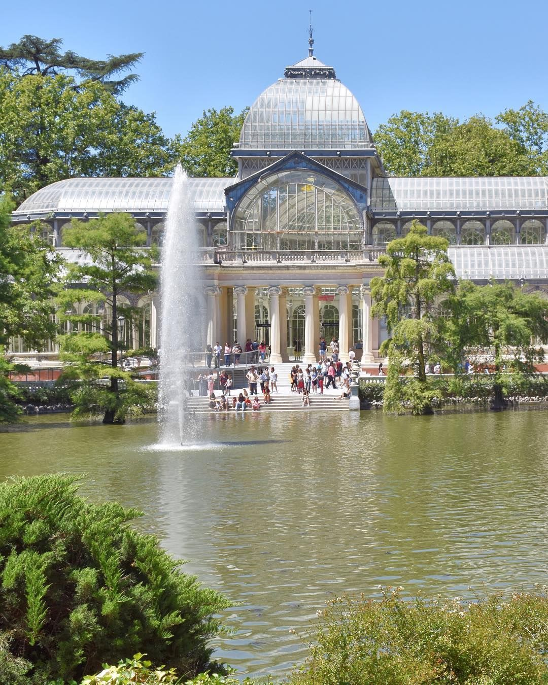Fresca E Rilassante L Atmosfera Al Parque Del Buen Retiro Di Madrid Mentre Tutti Sonnecchiavano All Ombra Prima Di Riprendersi Mansions House Styles Taj Mahal