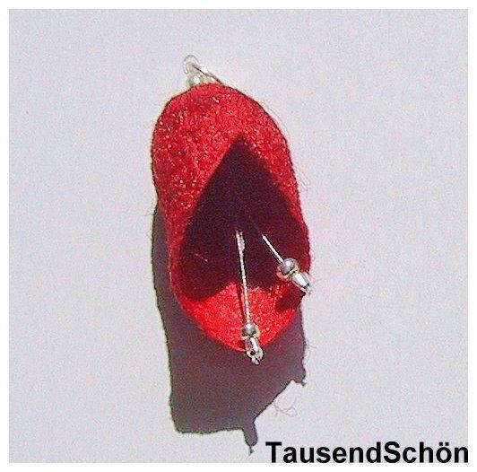 Blüten-Anhänger  -Seidenkokon in rot-   der Seidenkokon in geformt wie eine  kleine Blüte, hat ein Silberkäppchen und kleine Stengel mit Silberkugeln.