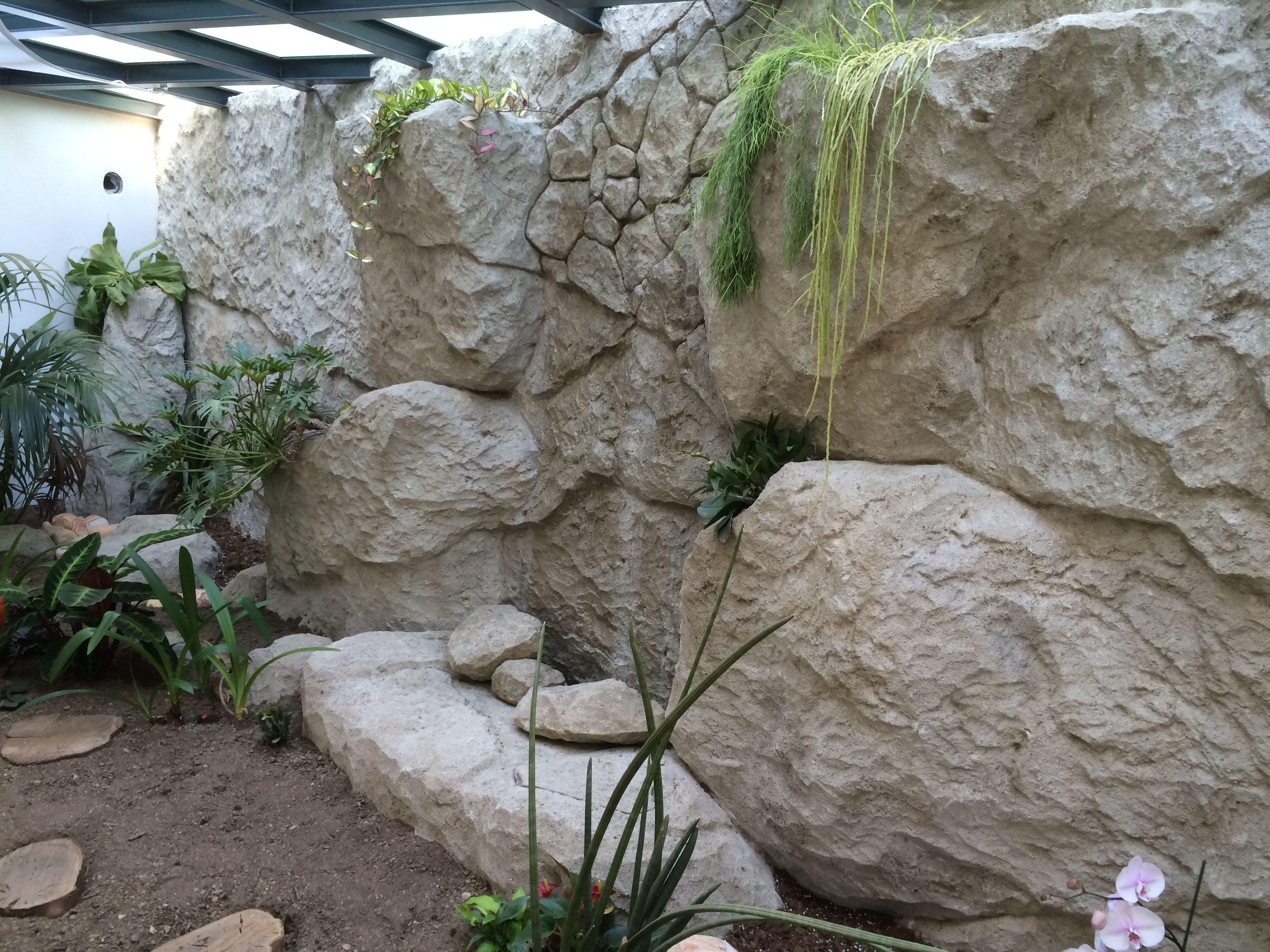 Sculpture de faux rochers en mortier teint avec des for Rocher decoratif pour jardin