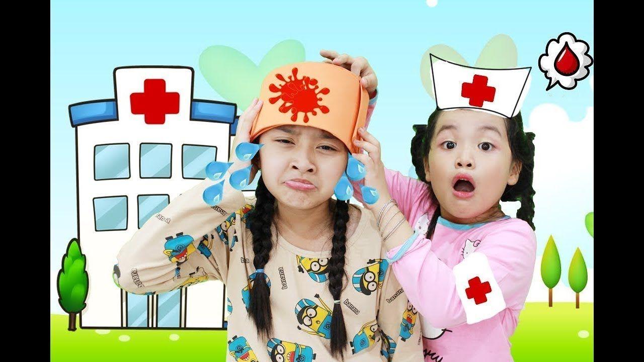 طفل لطيف طبيب اطفال مصاب مضحك تلعب أغاني الأطفال للأطفال جوني جوني