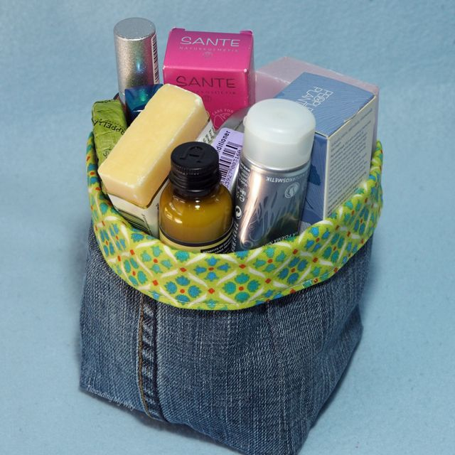Make a Christmas gift from a pair of jeans - fabric basket, tote bag, water bottle carrier and many more tutorials at Threading My Way