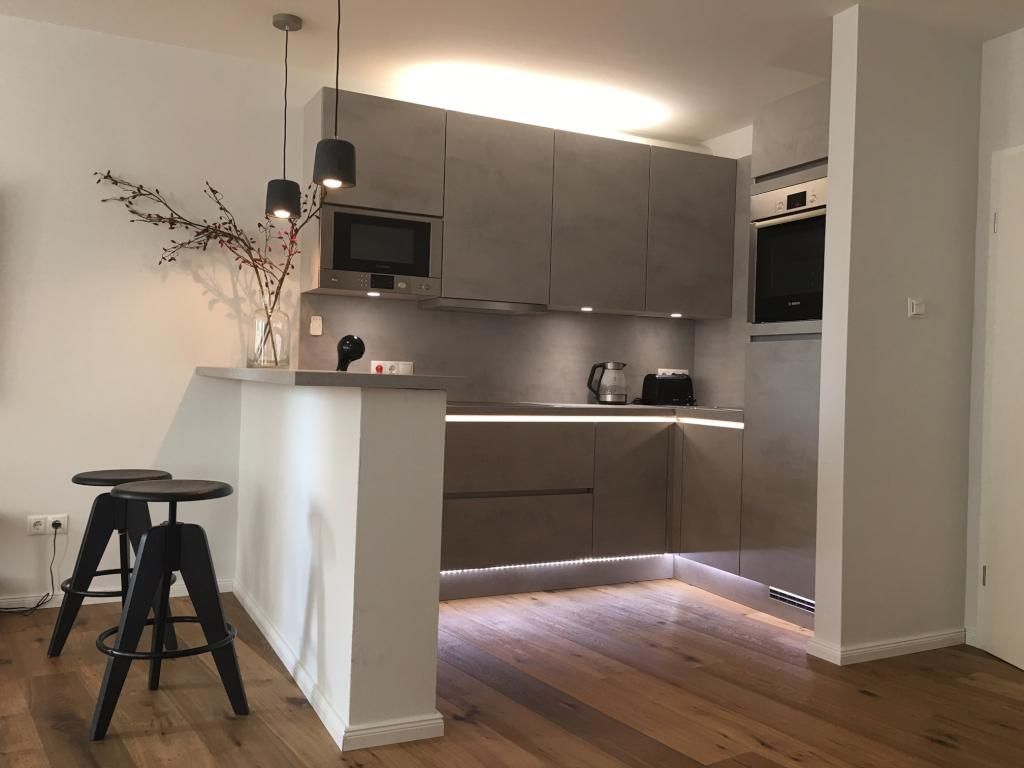 Ideen für die Küchen-Einrichtung: Offene Einbauküche mit Tresen und ...