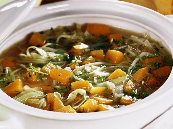 Weißkohl-Kürbissuppe ist ein Rezept mit frischen Zutaten aus der Kategorie Gemüsesuppe. Probieren Sie dieses und weitere Rezepte von EAT SMARTER!