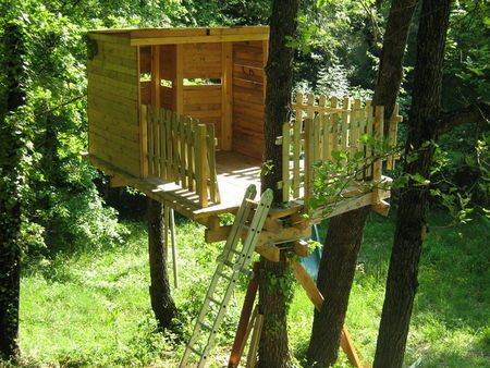 comment construire une cabane dans les arbres le guide tree houses treehouses and house. Black Bedroom Furniture Sets. Home Design Ideas