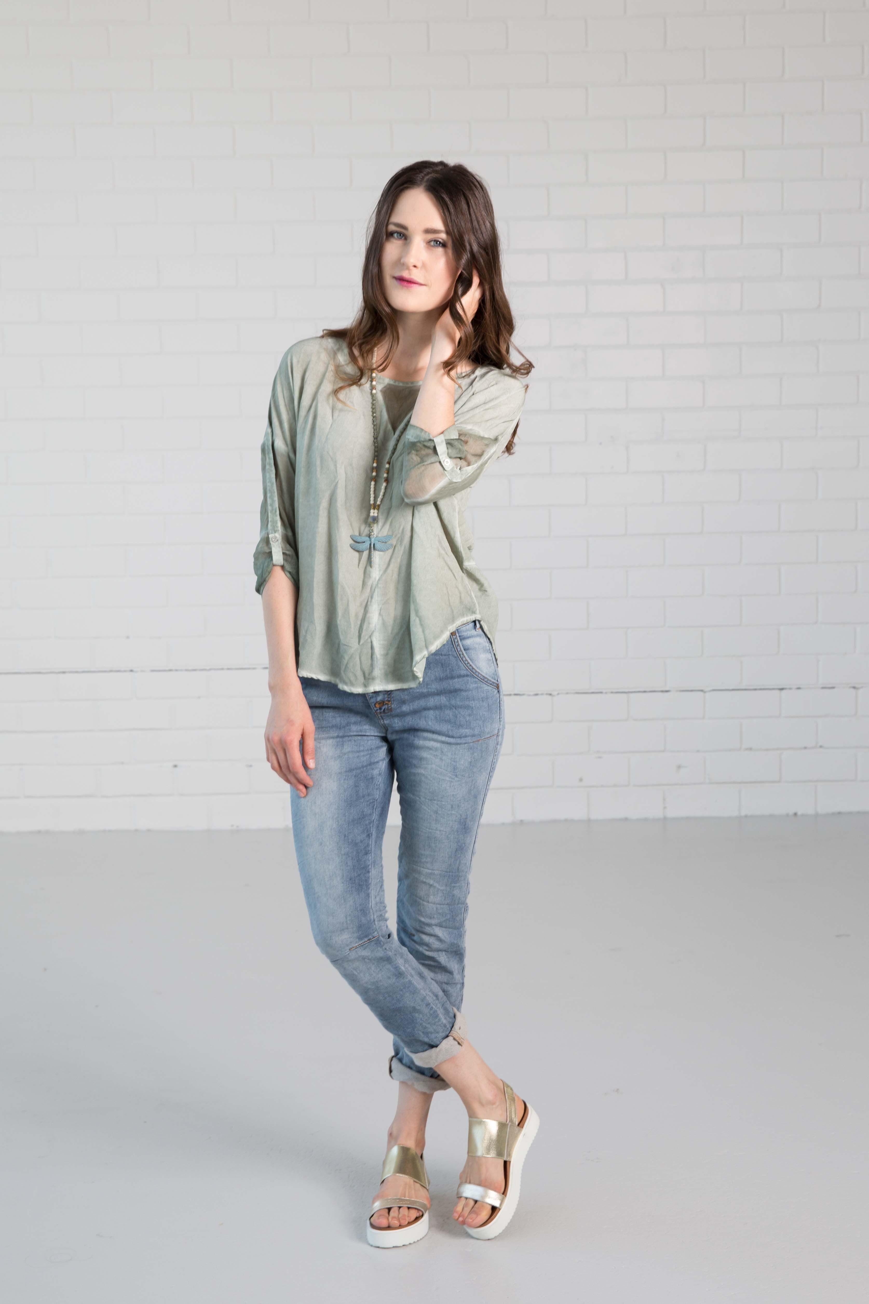 NILE - Primavera 2017 - Cosy Wavy Long-sleeve Grey blouse Blue Denim jeans. #lookbookoutfits #lookbookfashion #lookbookphotoshoots