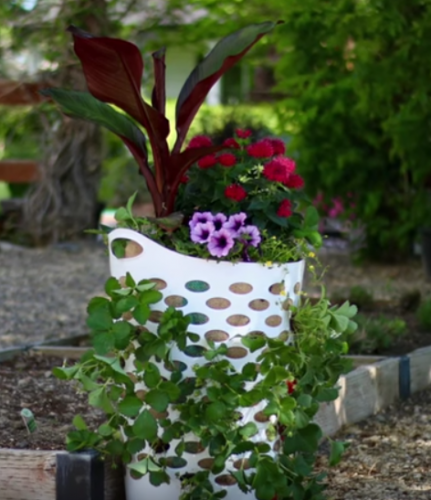 Make This Pretty Strawberry Planter From A Laundry Basket 640 x 480