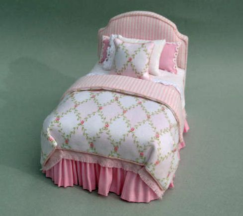 PINK TRELLIS BED