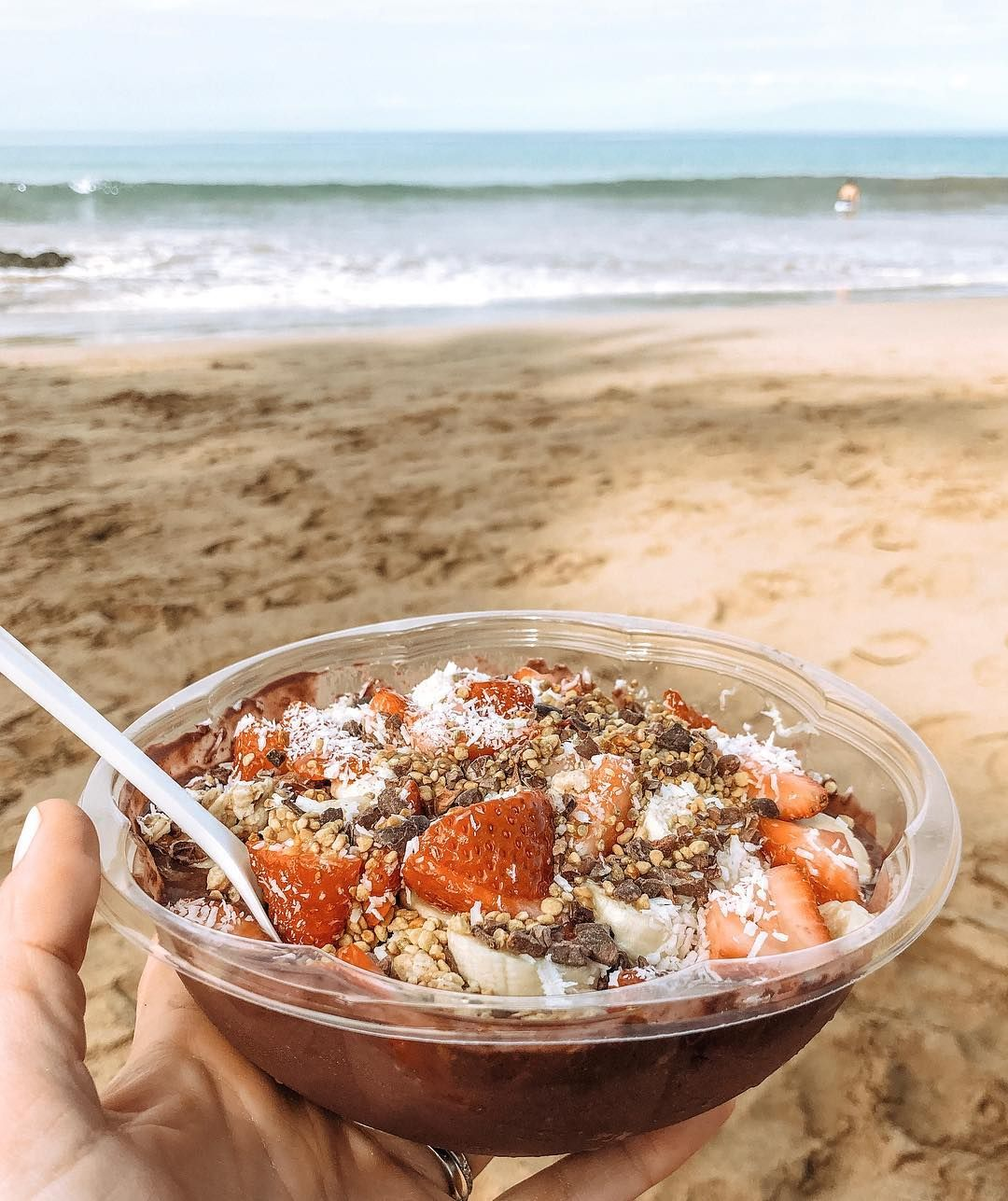 Breakfast on the beach! Leni woke up at 4am so this is technically my second breakfast... but who's counting. #pregnant #dontjudgeme (Thanks for the açai bowl suggestion @jennakutcher !)