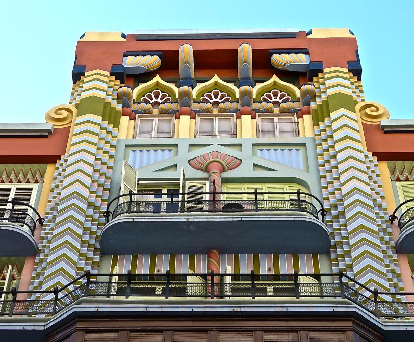Art Decó en Valencia – La Casa Judía, en la calle Castellón, 20 de Valencia, obra del arquitecto suecano Juan Francisco Guardiola Martínez. 1930