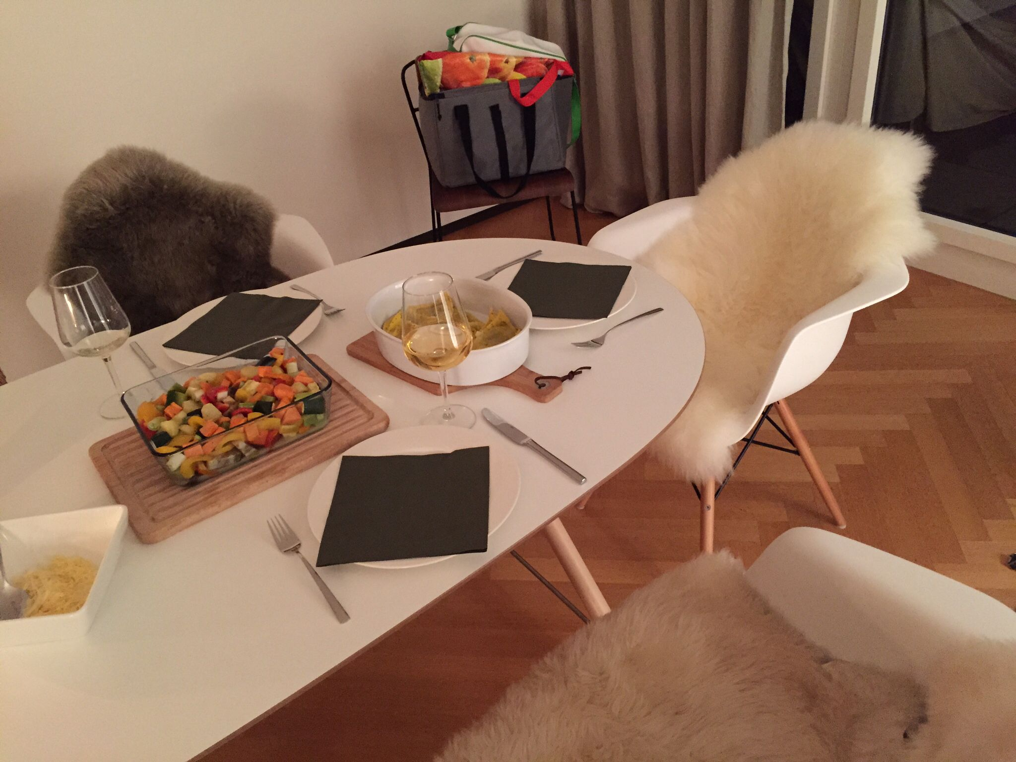 Esstisch Ikea Oval Mit Holzbeinen Weiße Eames Stühle Mit Fell Ikea Table  Wood Eames Chair