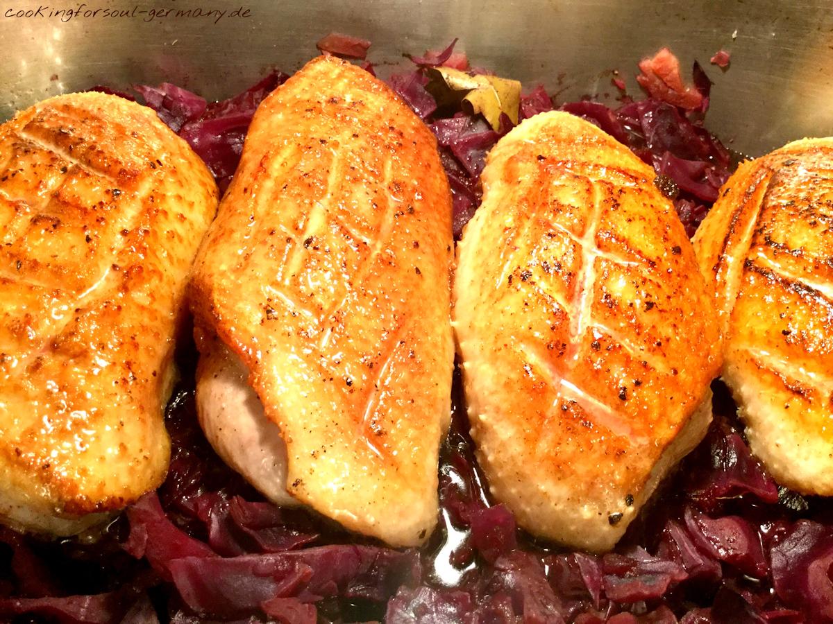 Rotkohl mit Entenbrust - frischer Rotkohl mit Zimt, Äpfeln, Kardamom, Zwiebeln, Johannesbrotkernmehl, Gewürznelken und Entenbrust im Ofen gegart.