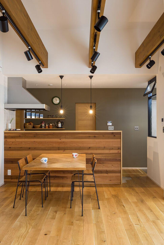 キッチンの腰壁は板貼りにしてアクセントに オークの無垢床を配し