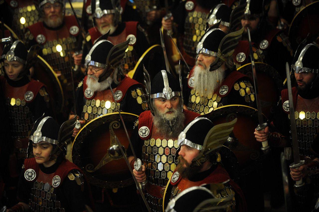 VIKINGOS POR LA FIESTA DEL FUEGO. Disfrazados de guerreros vikingos, esgrimiendo espadas y escudos, unas mil personas desfilaron el martes en las islas Shetland para la tradicional Fiesta del Fuego, que recuerda las raíces escandinavas en el archipiélago escocés. Con cascos de cuernos y largas barbas, los participantes marcharon orgullosamente por las calles de Lerwick, ciudad portuaria que es la mayor de estas islas británicas del noroeste, que se encuentran más o menos a la misma…