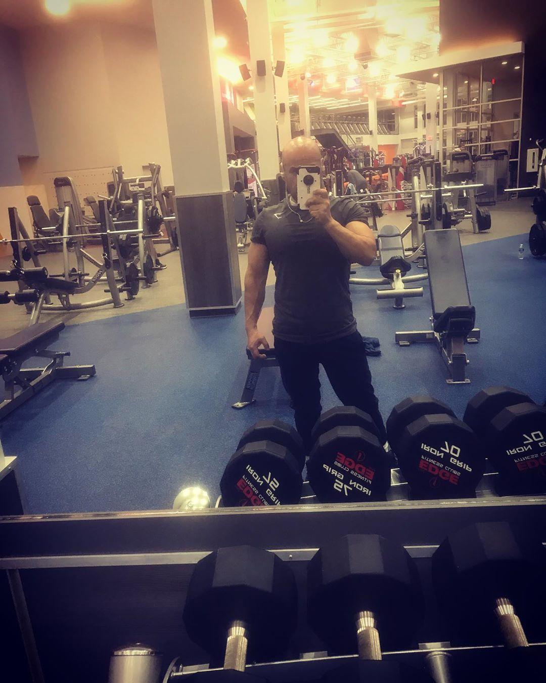 Quick midnight pump 💪🏽 • • • • • #fitness #gym #asthetic #bodybuilder #hard #work #fitness #Edge