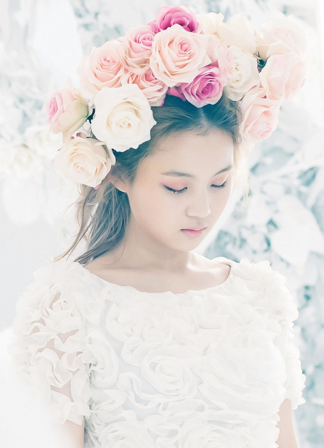 12 Gorgeous Photoshoots With K Pop Idols Flowers Lee Hi Rose Rose Crown Flower Girl