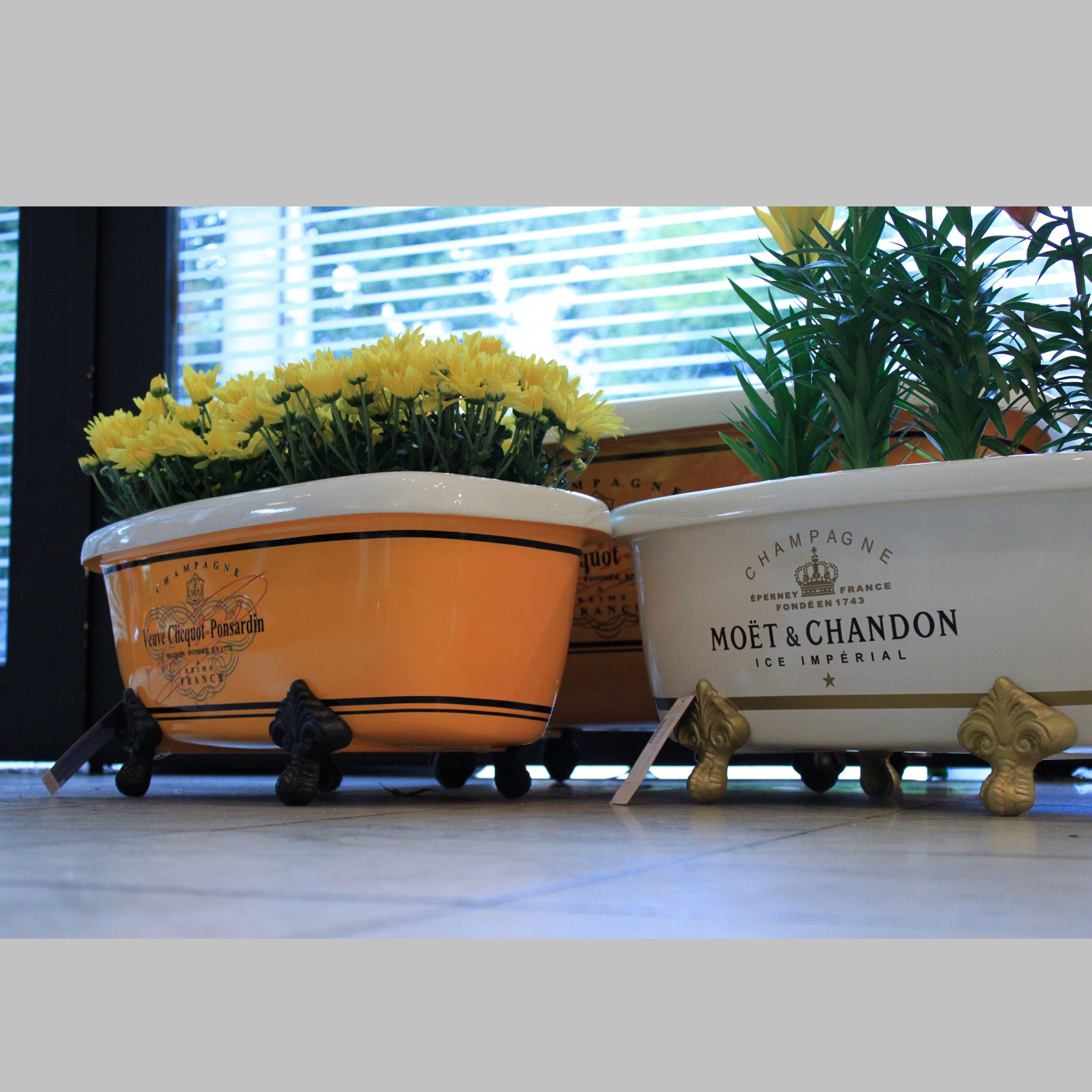 Mini Banheiras e banheiras personalizadas. Designer: Emílio Carlos Material: Fibra de vidro Pode ser usada para bebidas, como vaso, etc http://www.marcheartdevie.com.br/produtos/acessorios/mini-banheira-veuve-clicquot-amarela/