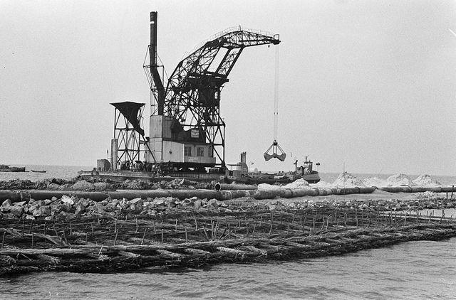 Drooglegging Zuidelijk Flevoland nabij Muiderberg. Op voorgrond de zinkstukken daarachter drijvende look.  Datum: 15 oktober 1963