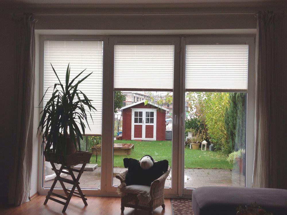 wohnlich wird es erst mit der passenden fensterdeko wie hier mit sichtschutz plissees f r. Black Bedroom Furniture Sets. Home Design Ideas
