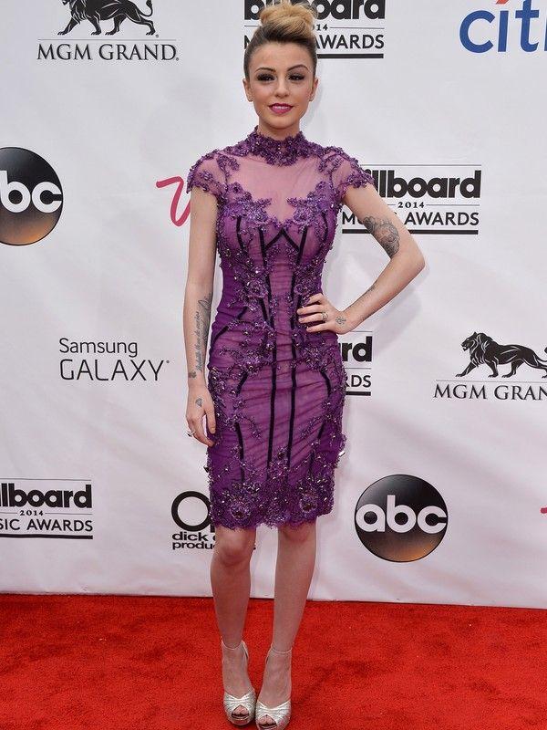 Cher Lloyd  Vestido lilás cheio de bordados e na altura dos joelhos é da marca Mikael D. Na boca, batom roxo.  AFP - AFP