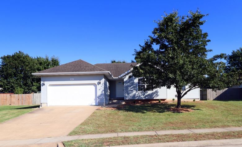 Just Listed 3 Beds 2 Baths 1 403 Sq Ft 159 900 606 Ashwood Court Nixa Mo 65714 Click Call Le Real Estate Services House Prices Property Finder