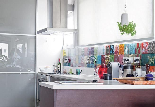 Combinado e bem organizado, um mosaico de azulejos ajuda a dar uma identidade para a cozinha. #identidade #mosaico #cozinha