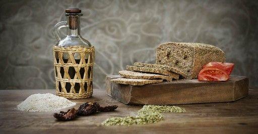 Pan de centeno y tomates secos hidratados en oliva