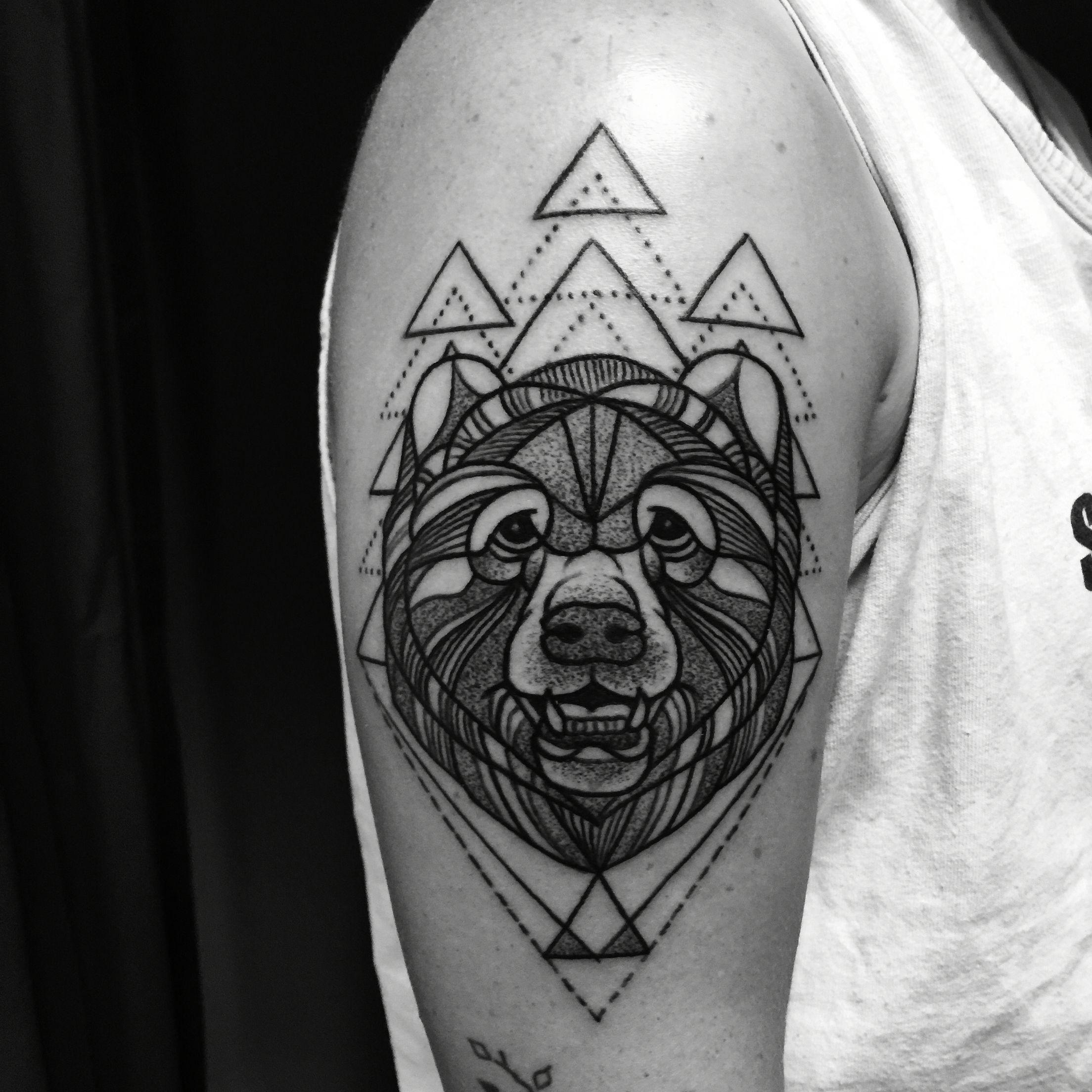 blackwork grizzly bear tattooed by noelle lamonica divine machine tattoo tattoo pinterest. Black Bedroom Furniture Sets. Home Design Ideas
