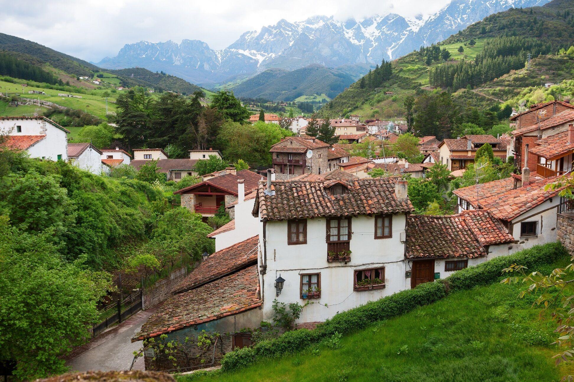 Los 10 Mejores Pueblos De España Para Pasar Un Fin De Semana Villas Marineras Medievales Encaramadas En Lo Otros Pl Spain Spain Travel Buying Property