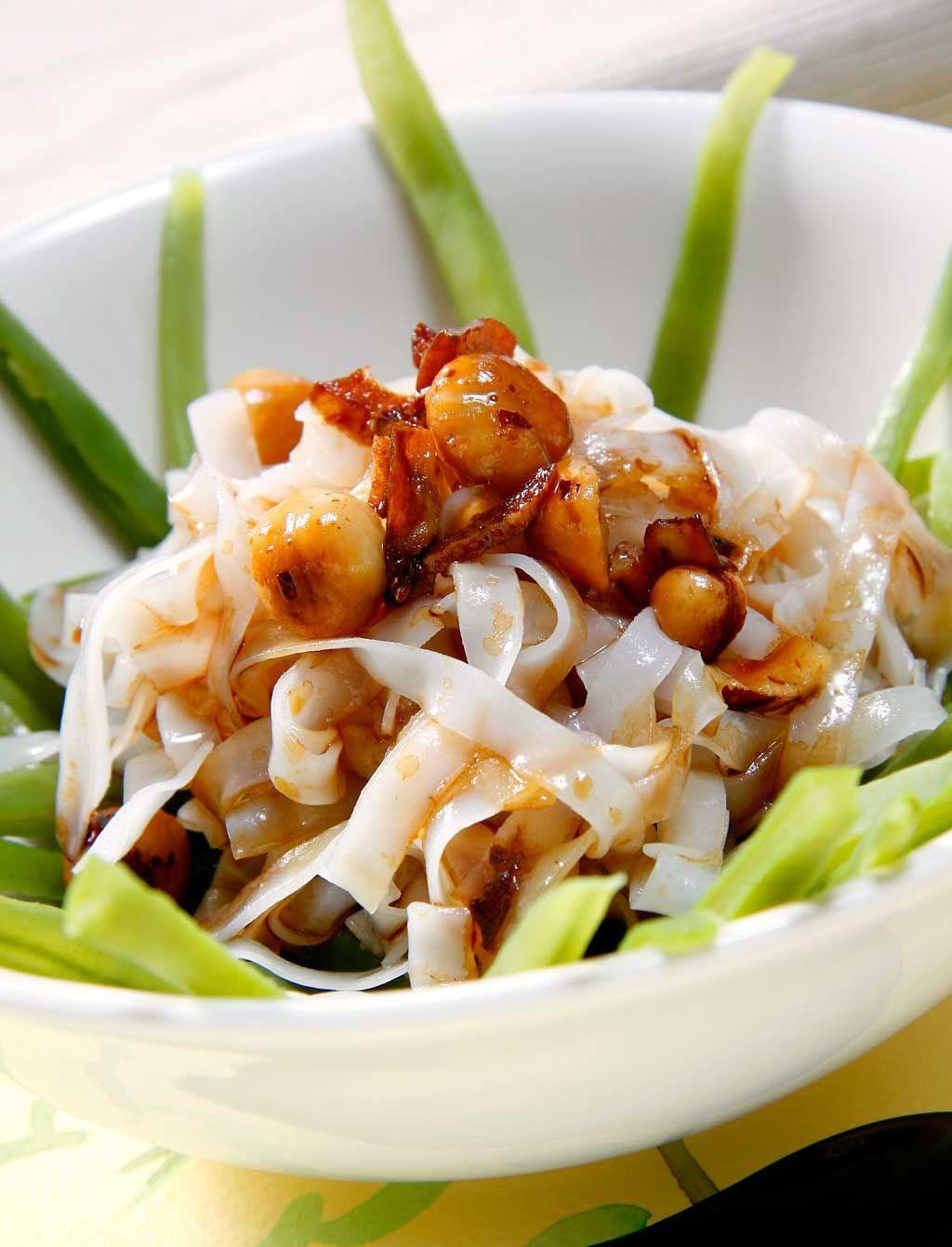 Ensalada de espaguetis de arroz con verduras y salsa de avellanas