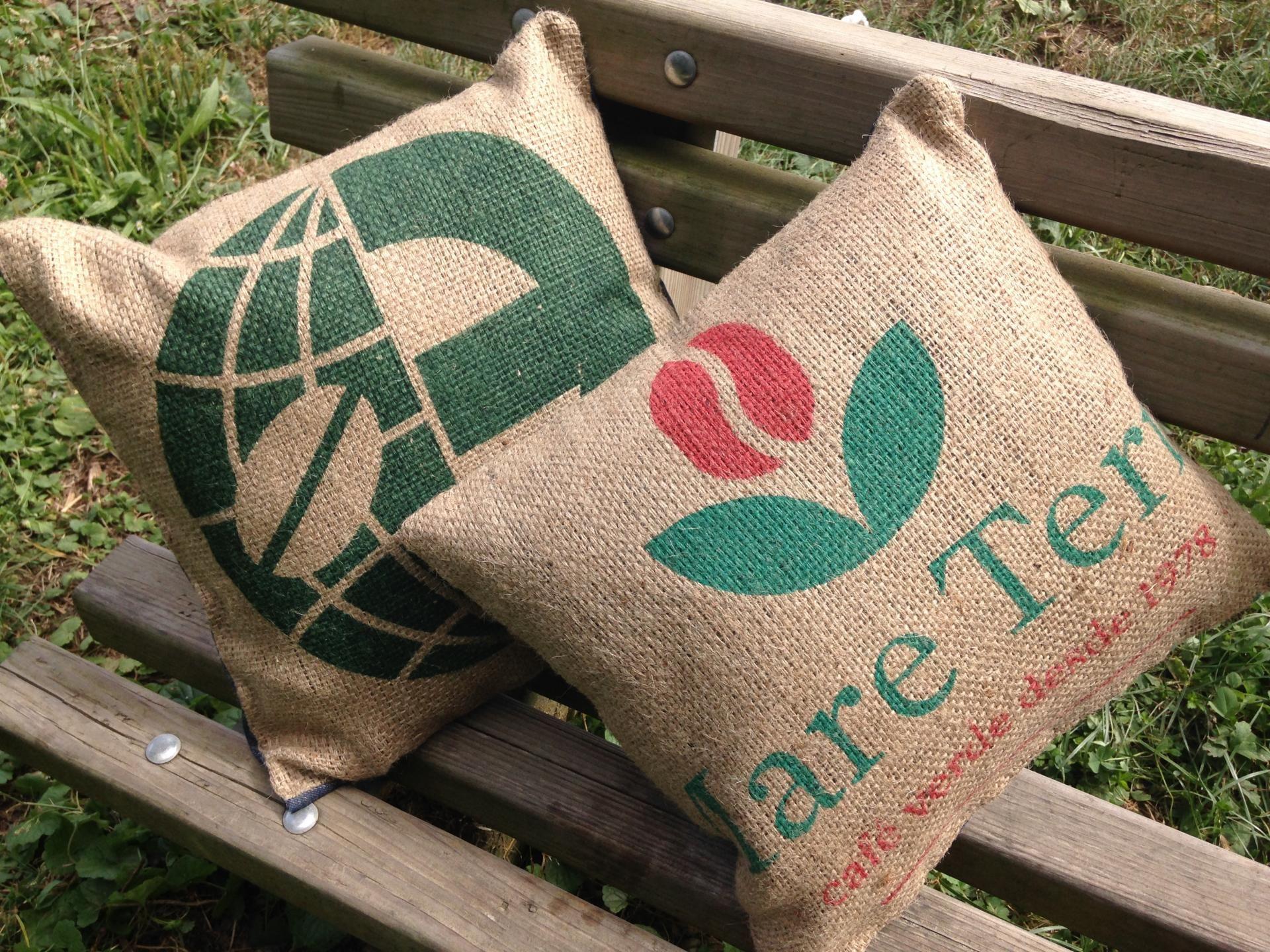 coussin r alis en toile de jute de sac de caf vert recycl et en toile de jeans de belle. Black Bedroom Furniture Sets. Home Design Ideas