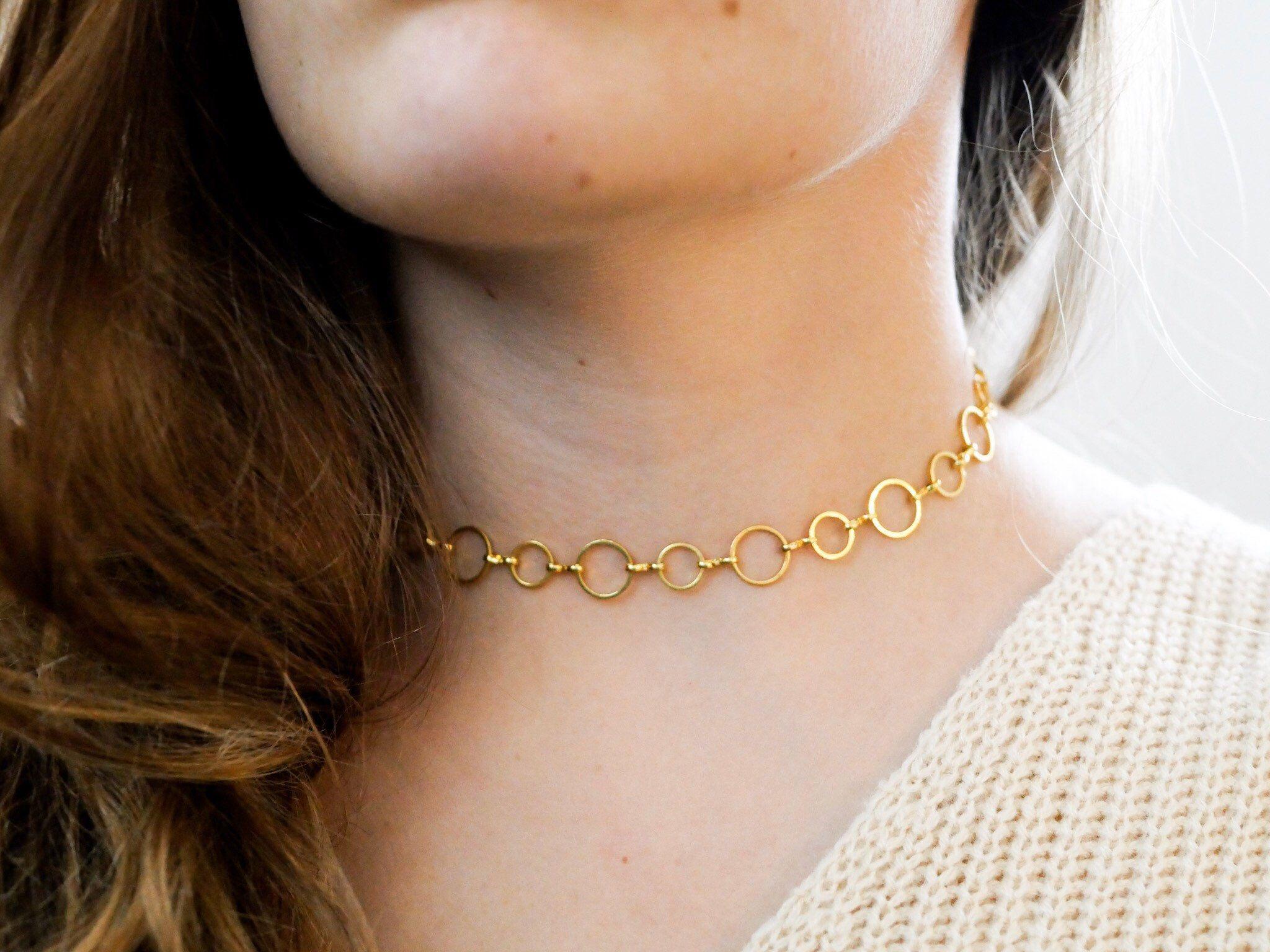 Photo of Goldene Halskette mit mehreren Kreisen, minimalistischem und zartem Halsausschnitt …