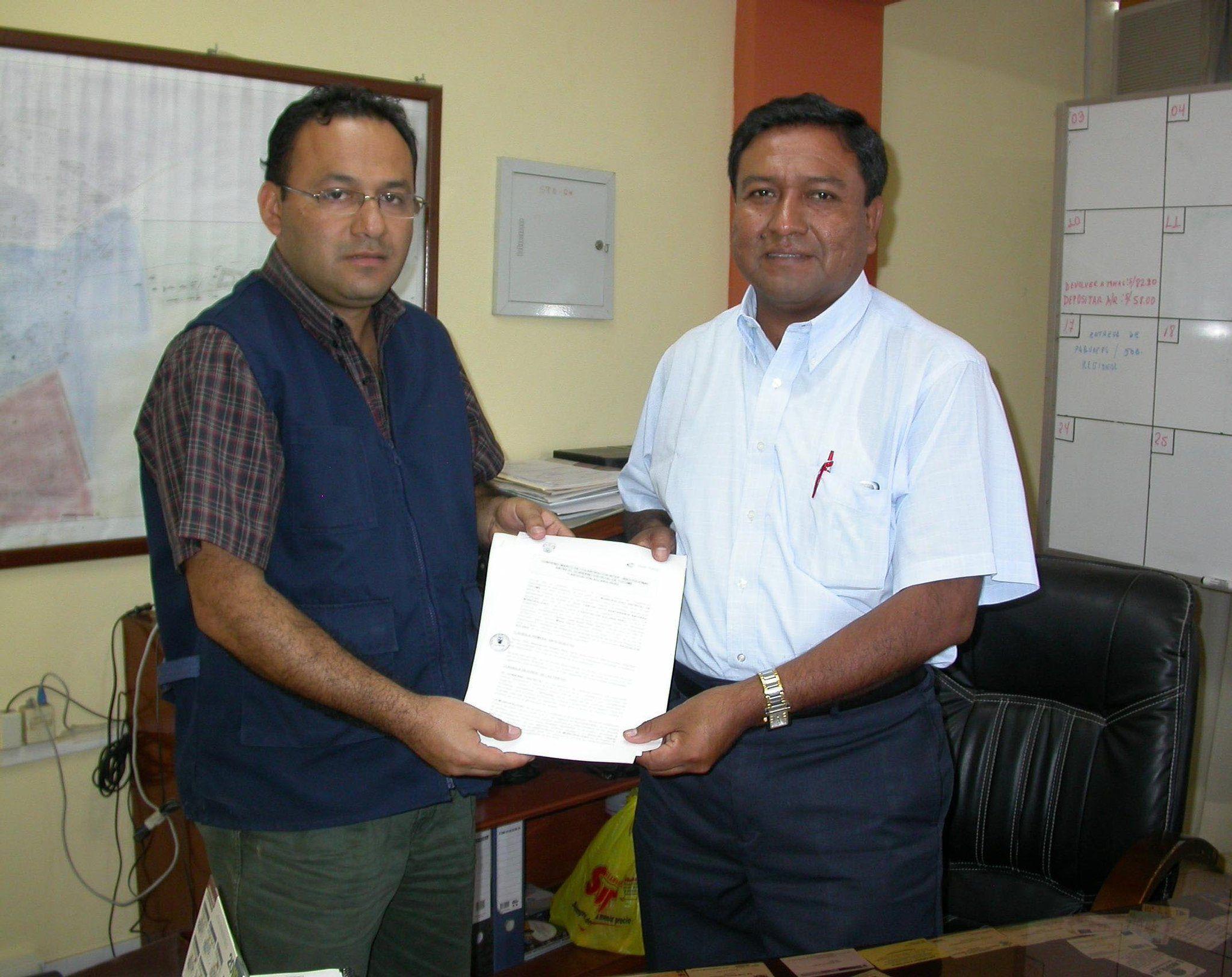 El alcalde distrital de Túcume, Carlos Otto Santamaría Baldera y el jefe regional de Solaris en Lambayeque, José Campos Bravo, firman convenio de cooperación en beneficio de la población.