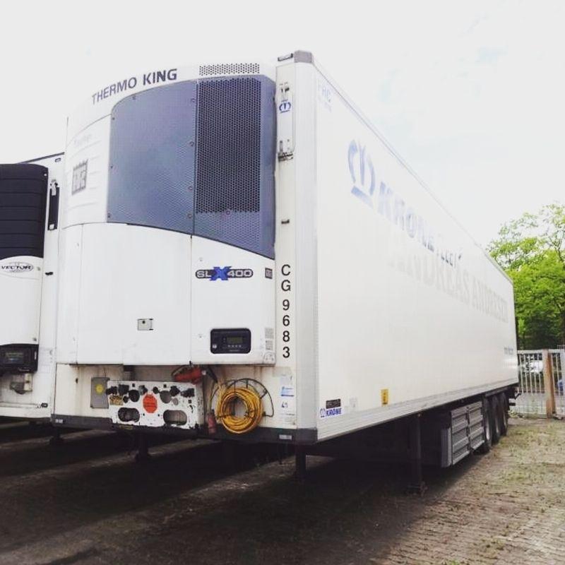 للبيع بجدة براد كرون موديل 2011 مع مبرد ثيرموكنج Slx400 بحالة جيدة جدا وبمواصفات قياسية للسفر الدولي أبعاد ممتازة طول 13متر و60سم عر Trucks Thermos Vehicles