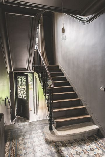 Maison de famille pr s de paris staircases hall and interiors - Escalier gris et blanc ...