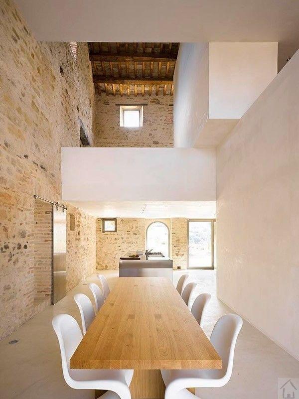 ancienne ferme italienne avec des intérieurs minimalistes 300 année