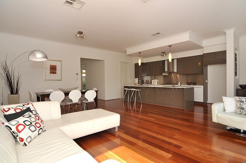 Sala de estar com piso de madeira 5 casas salto for Sala de estar segundo piso