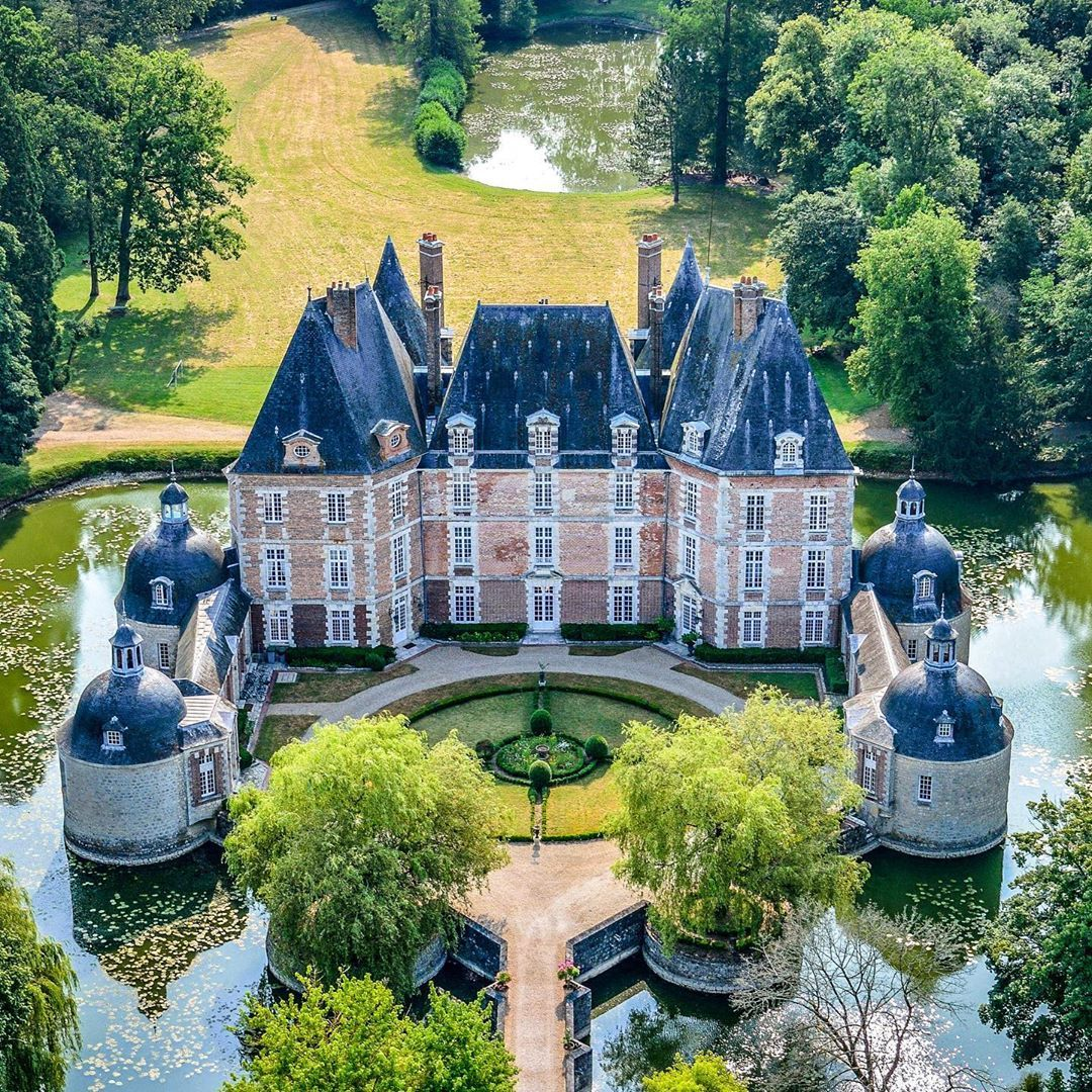 So Chateaux Guide Media On Instagram Le Chateau De La Motte A Chateaurenard Loiret Que Nous Vous Avon In 2020 Chateau France Dream House Exterior Mansions