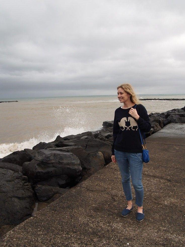 """Sadepäivänä pelataan pelejä ja luetaan lehtiä. """"Sunnuntaina kirjoittelinkin hurjasta tuulesta, ja sepä vain yltyi yltymistään. Eilen ilmaantuivat myrskyvaroitukset. Pieneksi hetkeksi sade taukosi iltapäivällä, ja lähdimme heti haukkaamaan happea rantaan ja ihastelemaan aaltoja.""""  Lue lisää tunnelmia Teneriffalta Lilou's Crush blogista. #aurinkoblogi #CostaAdeje"""