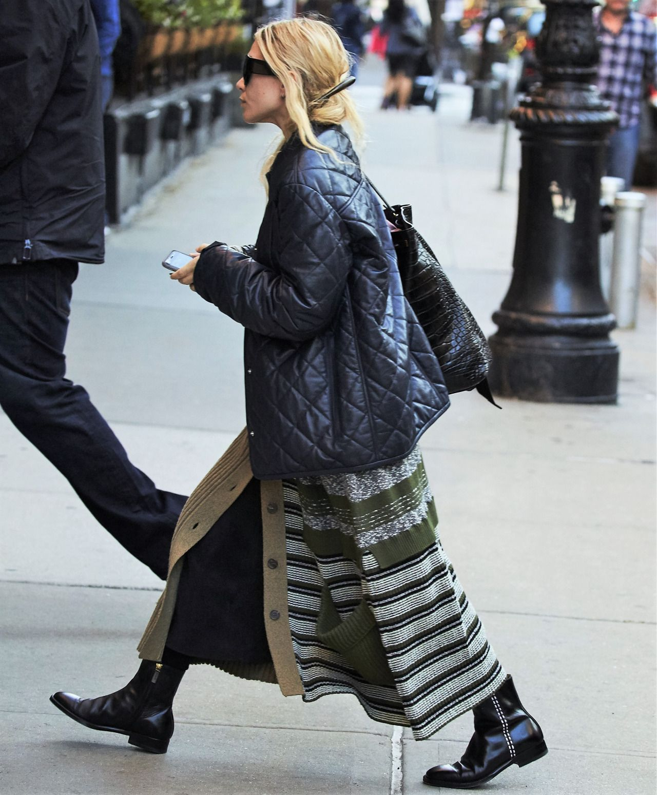 """olsendaily: """"Ashley arriving to a hotel in downtown New York on October 6, 2016 (via olsensobsessive.com) """""""
