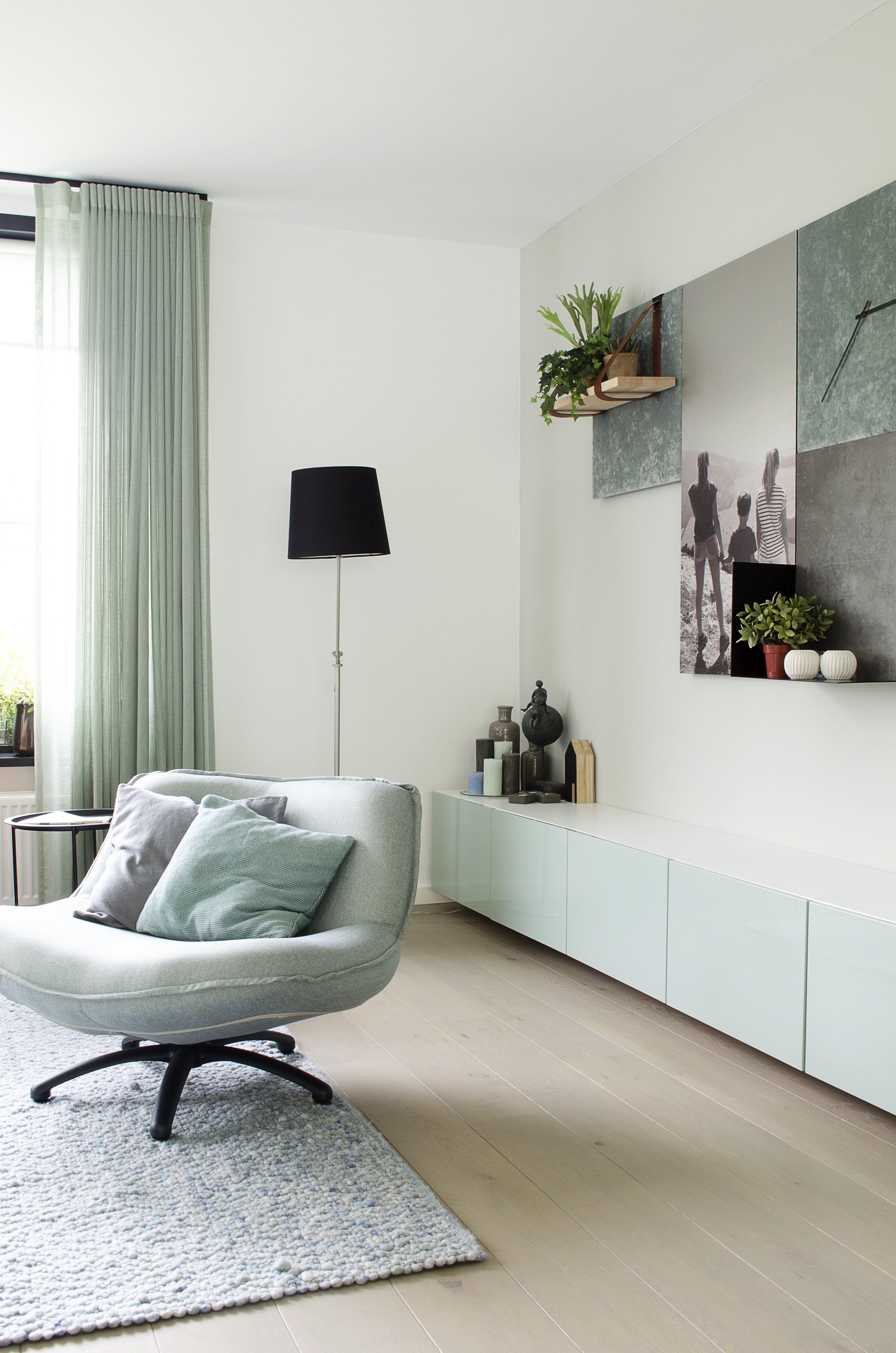 home made by_stijl binnenkijker stylist ingrid woonkamer inspiratie sfeervol interieur trends tijdloos stoel lamp gordijnen gordijnen