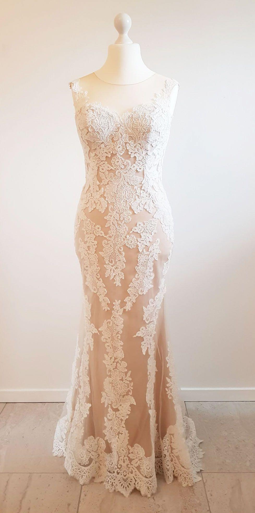 52716254e1ad Blonde brudekjole fra Beautiful Bridal med moccafarvet underkjole i satin.  Kjolen har lille slæb.