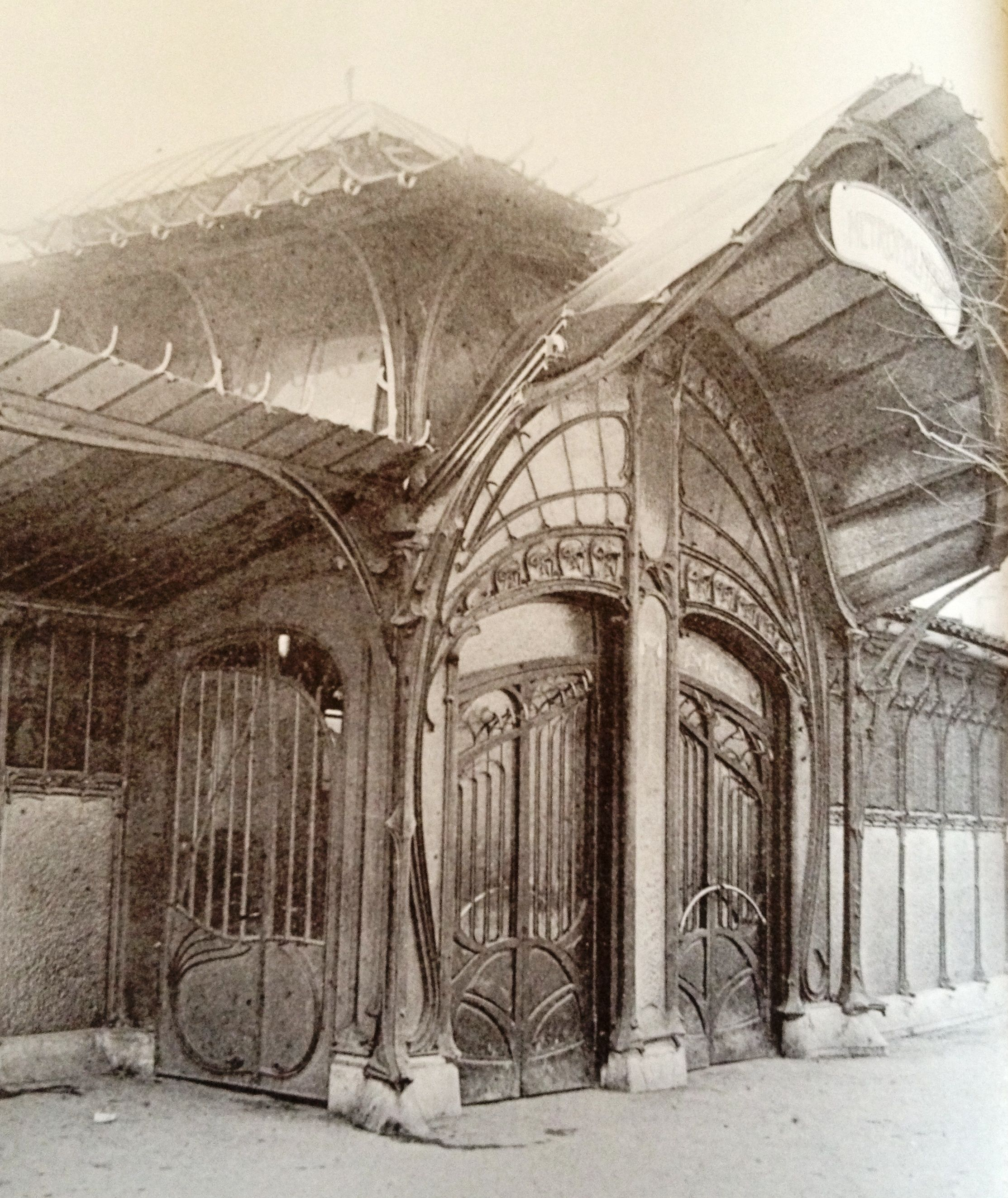 Art nouveau cast iron subway entrance place de la for Deco francaise